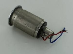 Moteur électrique du lacet avec asservissement via dynamo
